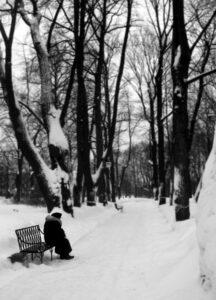 personne âgée seule en hiver