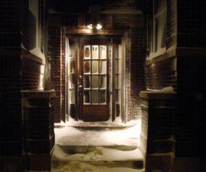 Porte enneigée et mal éclairée